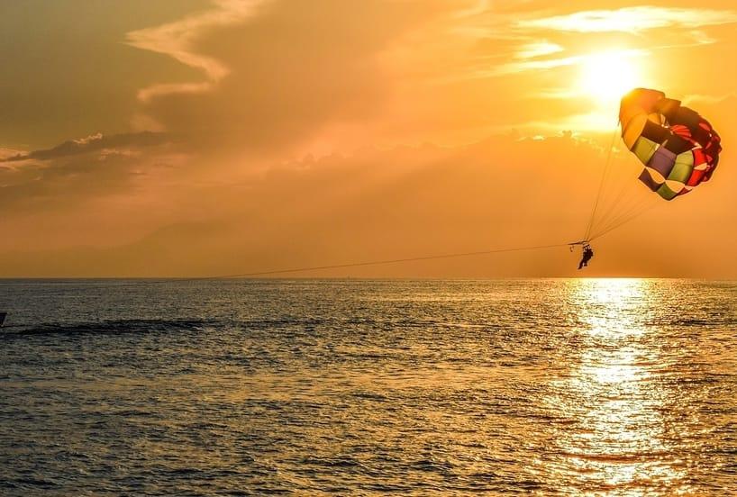 Parasailing en las costa caribeñas de Punta Cana